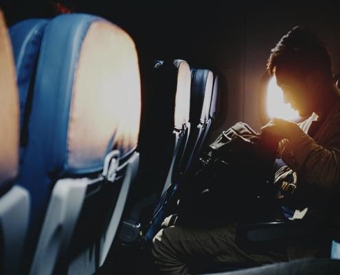 nomadperformance Nachtflug Jetlag Mann im Flugzeug