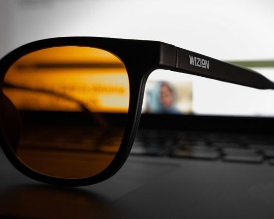 Seitenansicht der Blaulichtfilterbrille wizion Alltag 96 im zoom